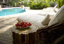leżak przy basenie